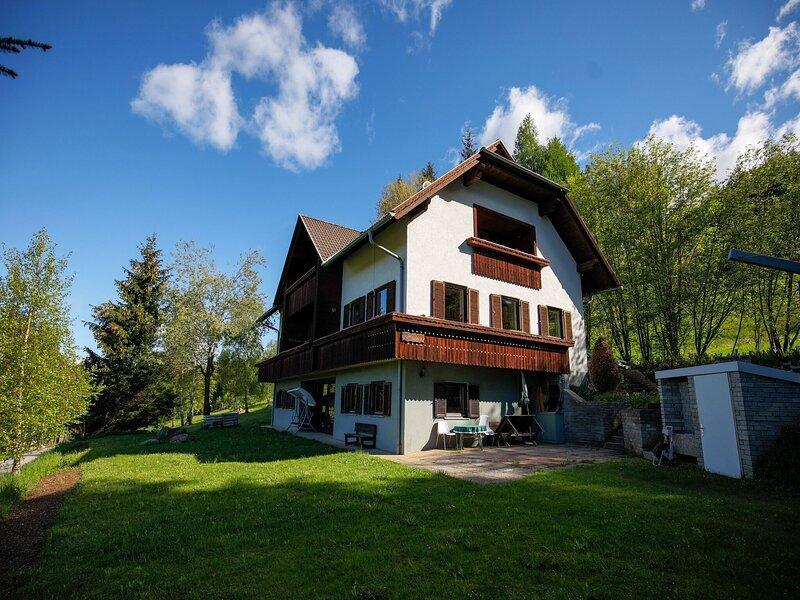 Lovely apartment in Fresach overlooking a wonderful view, alquiler de vacaciones en Spittal an der Drau