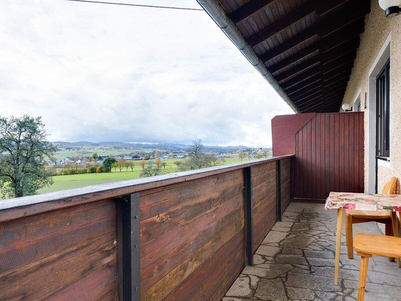 Beautiful Holiday Home in Ulrichsberg with Balcony, aluguéis de temporada em Stozec