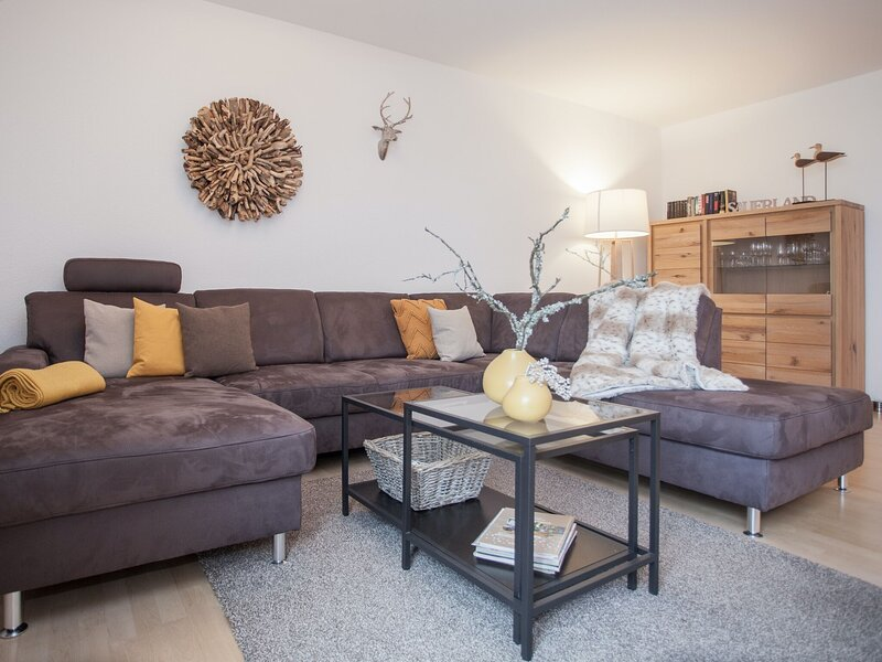 Bright and modern maisonette in Winterberg with balcony and children's play area, casa vacanza a Silbach