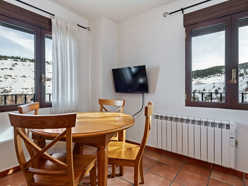 Charming Apartment in Gudar with Terrace, holiday rental in Aliaga