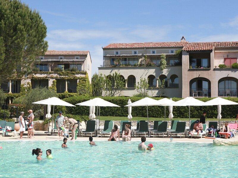 Comfortable apartment located in authentic Provencal village, location de vacances à Alleins