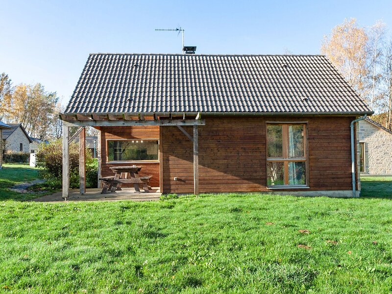 Holiday home number 16 in Signy-le-Petit with covered terrace, holiday rental in Mondrepuis