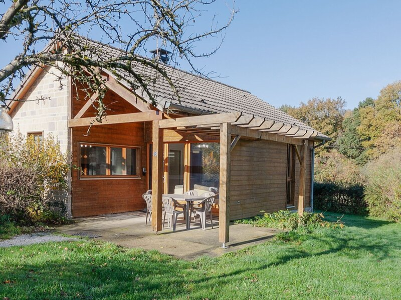 Pleasant holiday home number 18 in Signy-le-Petit with terrace, holiday rental in Mondrepuis