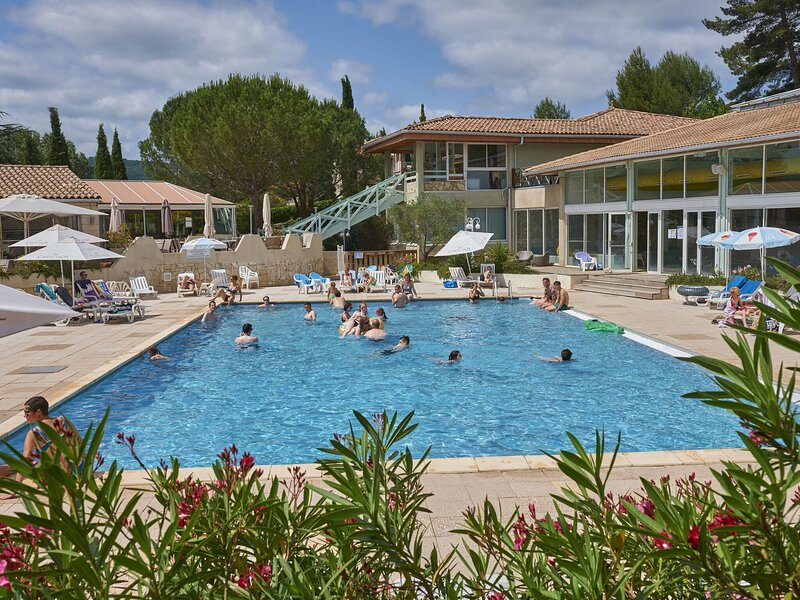 Tidy bungalow with dishwasher on a green domain, holiday rental in Couiza