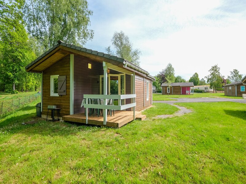 Chalet number 29, comfortable, in Signy-le-Petit with covered terrace, holiday rental in Mondrepuis