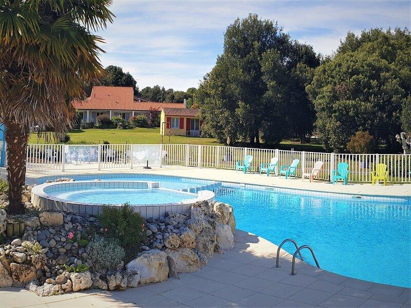 Affluent Holiday Home in Saint-Savinien with Jacuzzi, Sauna, location de vacances à Saint-Porchaire