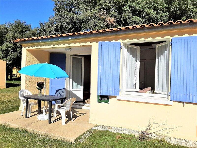 Quaint Holiday Home in Saint-Savinien with Jacuzzi, location de vacances à Ternant