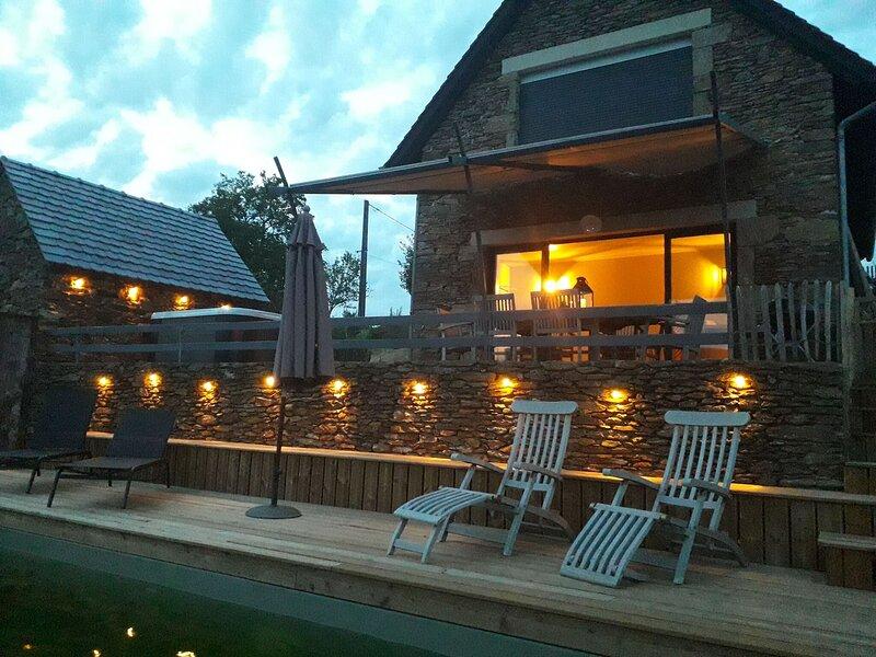 Elegant Holiday Home in Cassaniouze with Jacuzzi and Sauna, location de vacances à Maurs