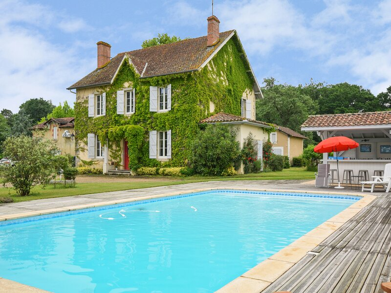 Beautiful Holiday Home in Labastide dArmagnac with Pool, holiday rental in Estang