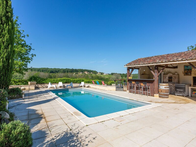 Splendid Holiday Home in Dégagnac with heated Swimming Pool and jacuzzi, location de vacances à Uzech