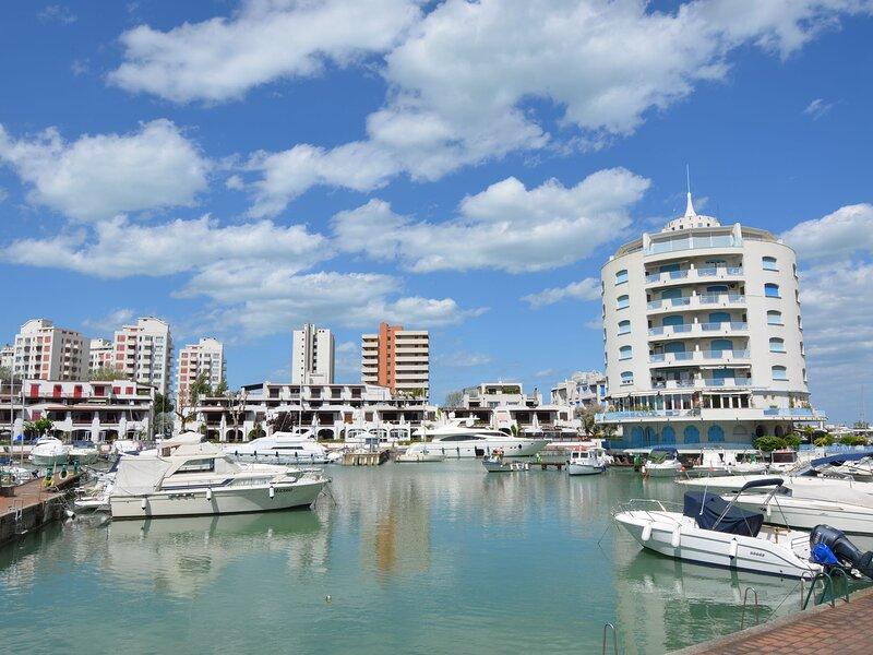 Apartment in Portoverde Holiday Village near the sea and tourist port, casa vacanza a Sant'Andrea in Casale