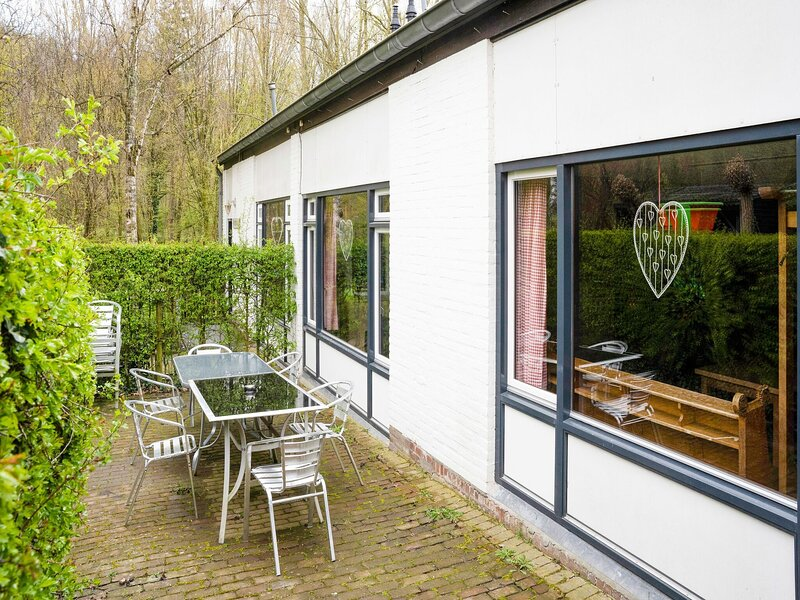 Serene Holiday Home in Ulestraten with Terrace, alquiler vacacional en Rekem