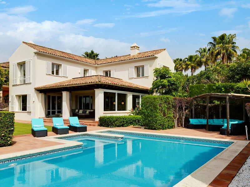 Luxurious Villa in Sotogrande with Swimming Pool, vacation rental in Pueblo Nuevo de Guadiaro