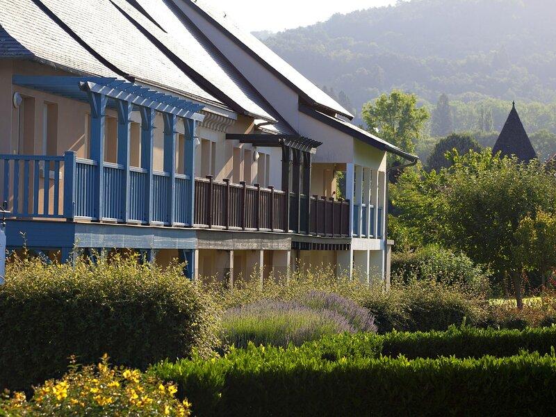 Colorful apartment on the bank of the Dordogne river, location de vacances à Auriac