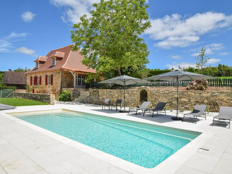 A comfortable farmhouse with a private garden and an idyllic terrace., holiday rental in Saint-Medard-d'Excideuil