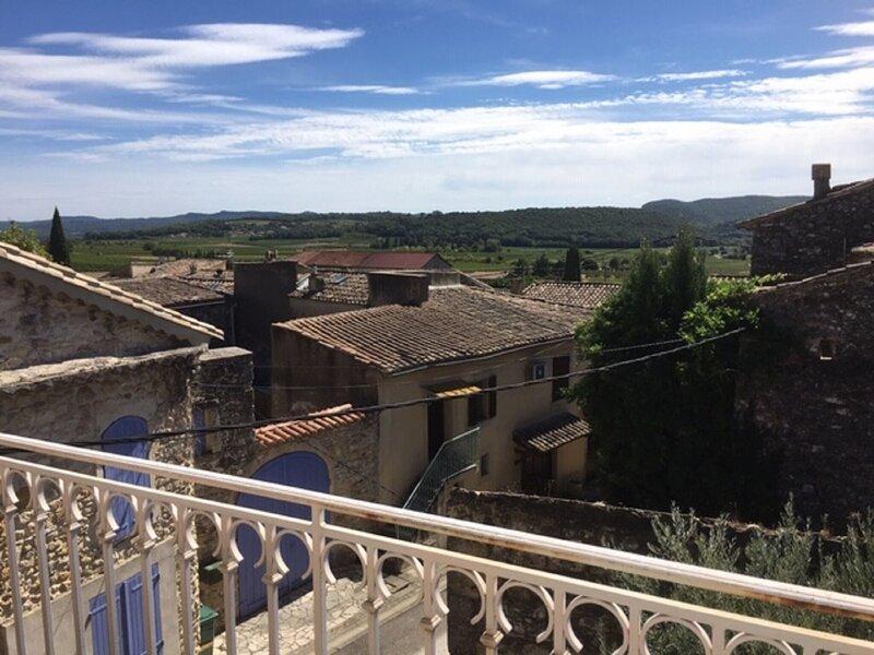 Cosy Holiday Home in Saint-Laurent-de-Carnols with Balcony, vakantiewoning in La Roque-sur-Ceze