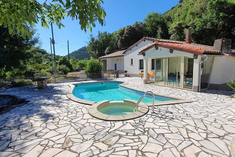 Quiet Holiday Home in Boisset with Swimming Pool, casa vacanza a Velieux