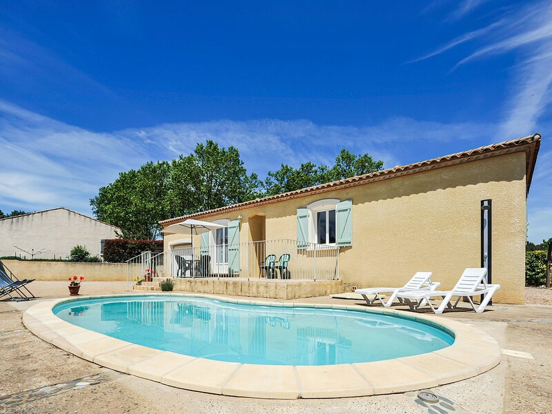 Spacious Holiday Home in Aigues vives with Private Pool, casa vacanza a Velieux