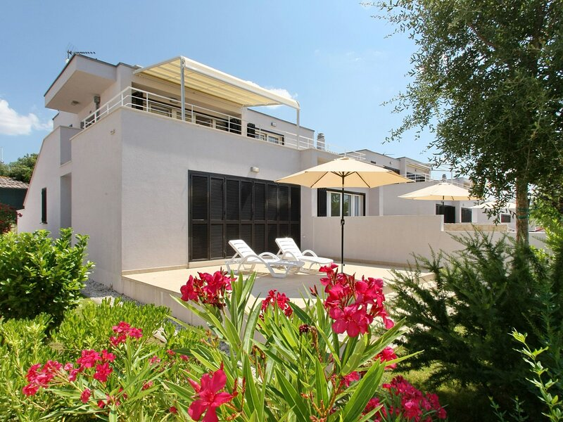 Luxury apartment with oven, 13 km north of the city of Zadar, holiday rental in Petrcane