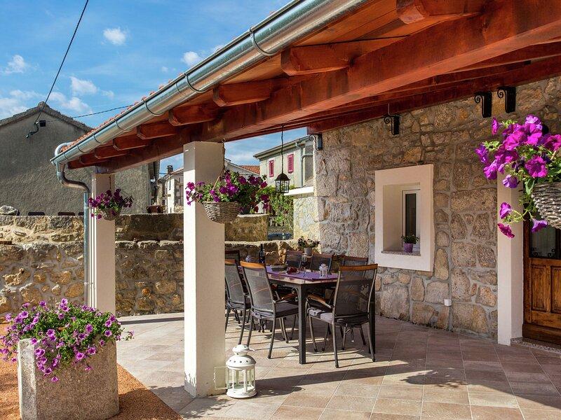 Stylish Villa in Milohnici with Private Terrace, alquiler vacacional en Beli