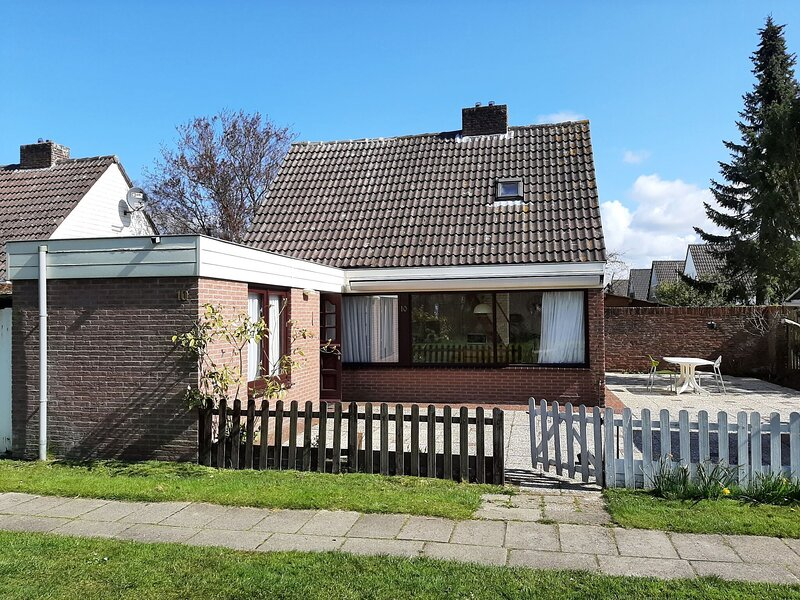 Holiday home in Noordwijkerhout with terrace close to a lake, location de vacances à Lisse
