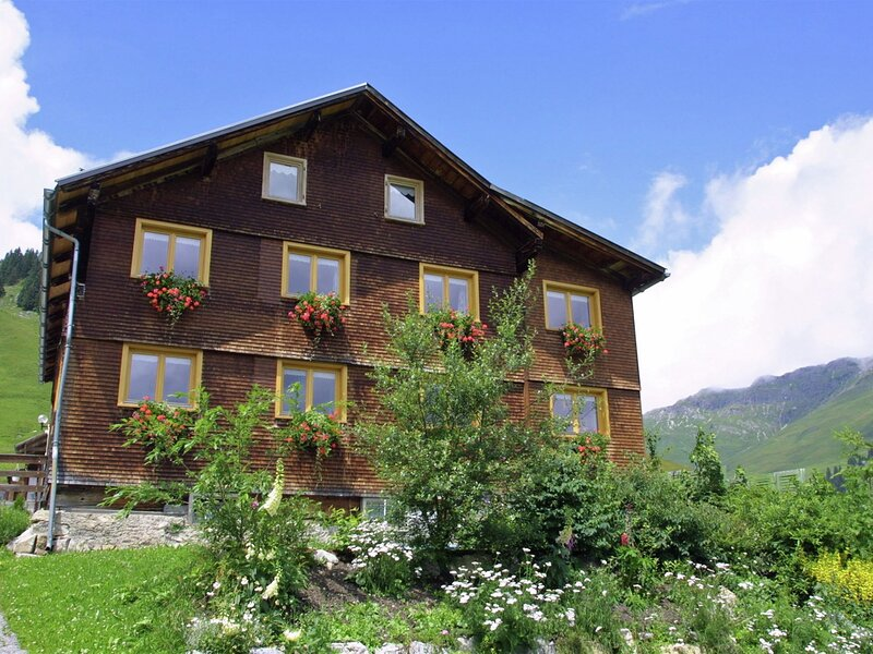 Charming Apartment in Wart with Garden, holiday rental in Mittelberg
