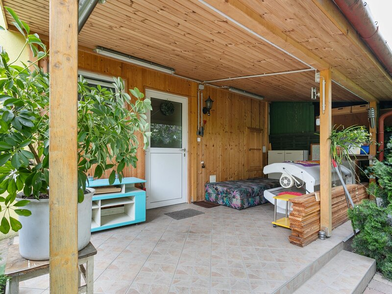 Lively Holiday Home in Wien with Private Garden, holiday rental in Gerasdorf bei Wien