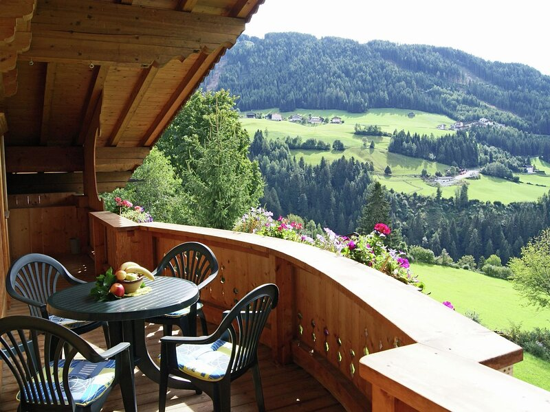 Delightful Apartment in Zell am Ziller with a view, holiday rental in Hainzenberg