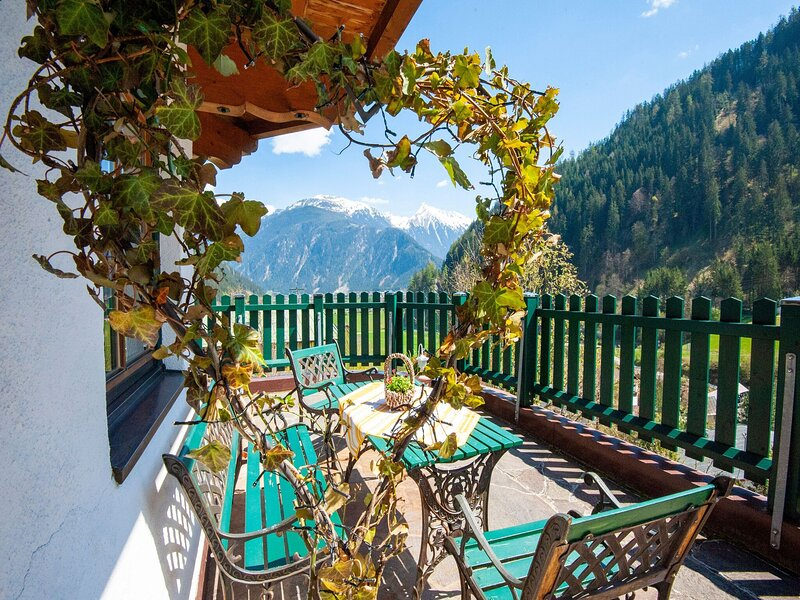 Comfortable Apartment in Mayrhofen with Garden, holiday rental in Astegg