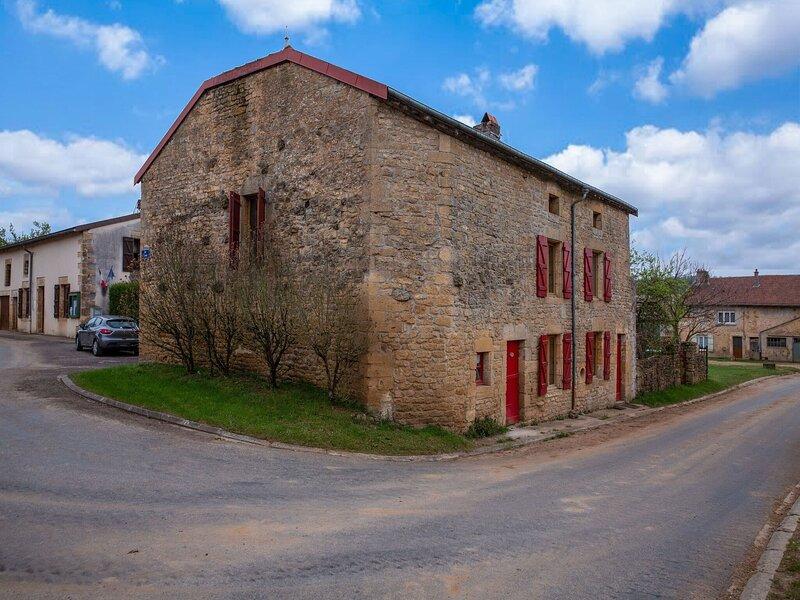 Serene Farmhouse in Autréville-Saint-Lambert with Garden, holiday rental in Dun-sur-Meuse