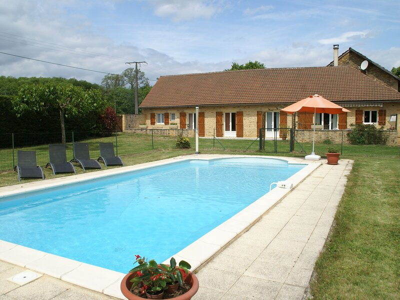 Beautiful holiday home on a single floor, with swimming pool and enclosed garden, holiday rental in Campagnac-les-Quercy
