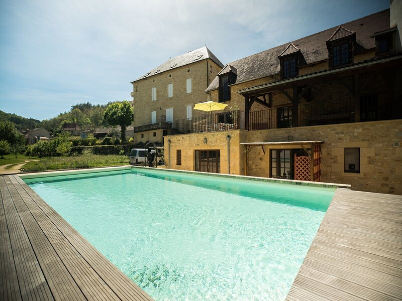 Majestic Villa in Daglan with Private Pool, vakantiewoning in Saint-Martial-de-Nabirat