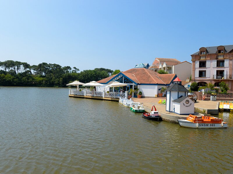 Stylish apartment located near a lake in the Vendée, casa vacanza a Bourgenay
