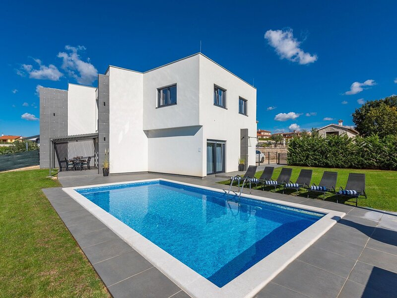 Villa for up to 10 guests with private pool and garden, holiday rental in Markovac