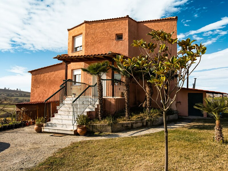 Quaint Farmhouse in Plagiari surrounded with Olive Trees, alquiler vacacional en Kardia
