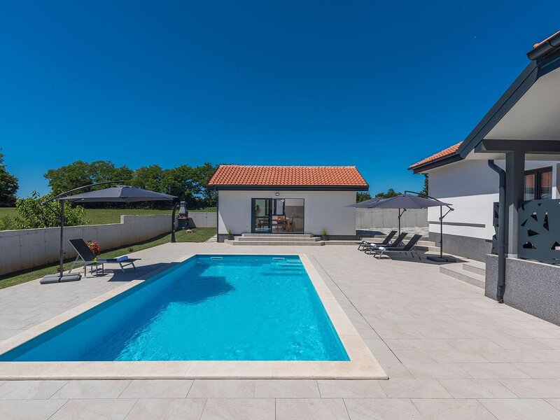 New and modern villa with private pool and summer kitchen in central Istria, aluguéis de temporada em Zminj