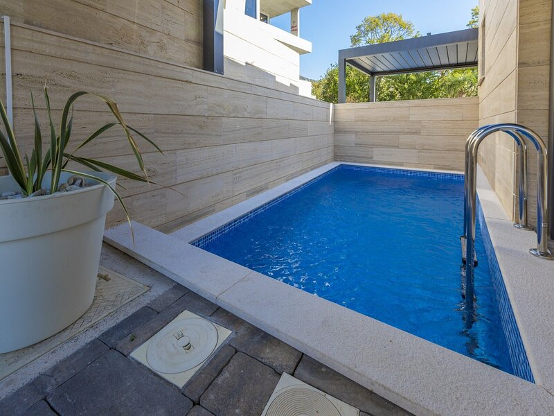 Luxury apartment with private swimming pool and amazing sea view, aluguéis de temporada em Selce