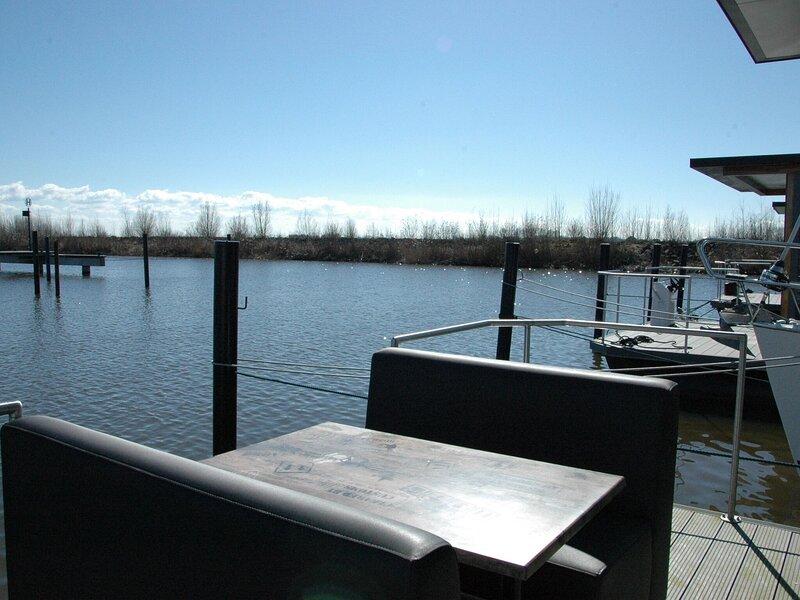Beautiful Houseboat in the harbour of Volendam near Centre, location de vacances à Volendam