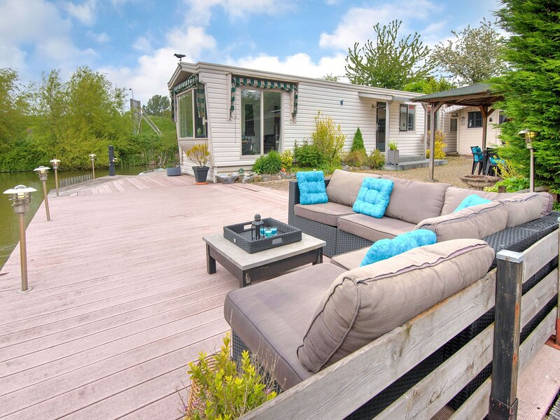 Tranquil Holiday Home in Ooltgensplaat near Lakebeach and boat dock, location de vacances à Roosendaal
