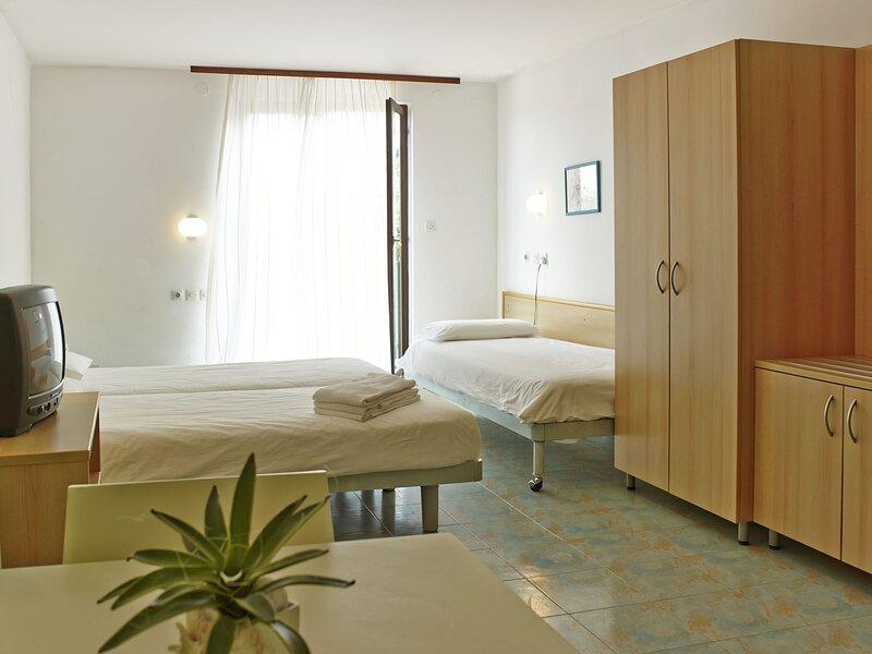 Holiday park in a beautiful location with facilities, near beach, Piran at 5 km, casa vacanza a Strunjan