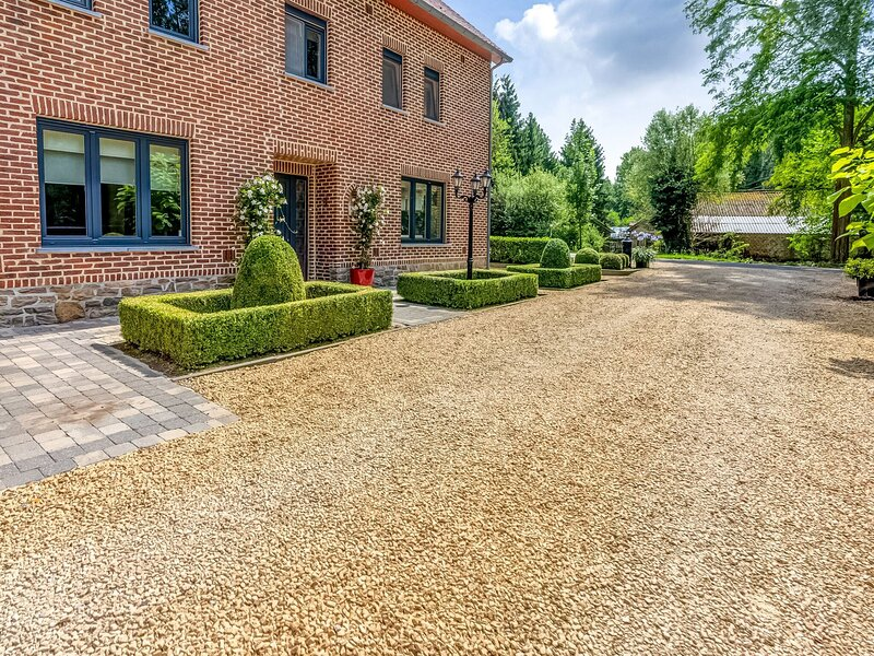 Spacious holiday home in Hoeselt with an enclosed garden, BBQ and jacuzzi, location de vacances à Heers