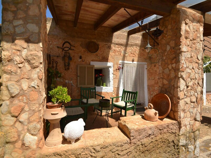 Authentic country house with sun terrace and private pool, rural location, vakantiewoning in Sant Llorenç des Cardassar