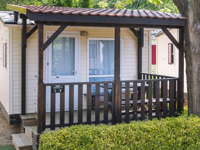 Cozy chalet with a terrace, just 200 m. from the beach, location de vacances à Palafolls