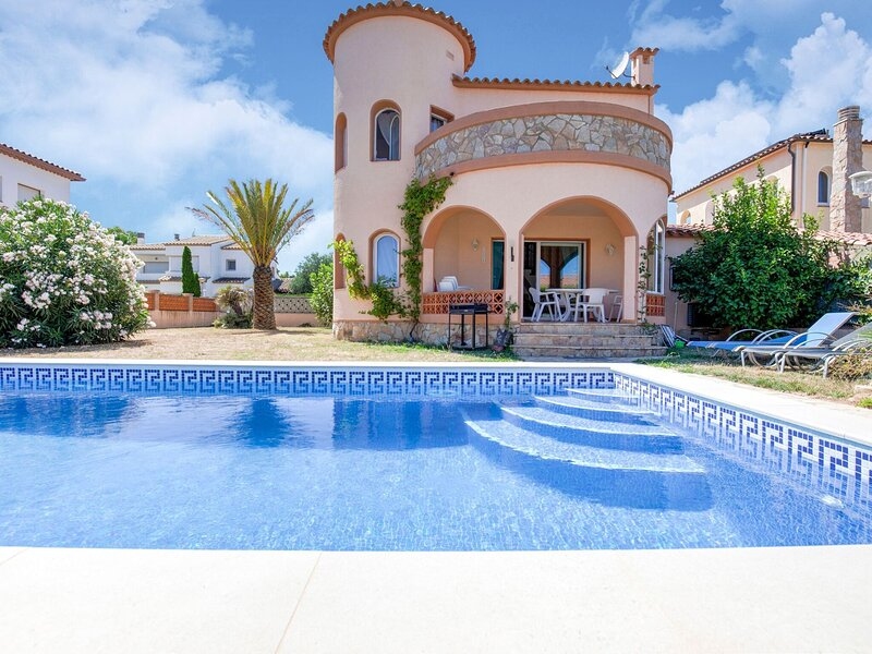 House for 4 with private swimming pool three hundred metres from the beach, holiday rental in Torroella de Fluvia