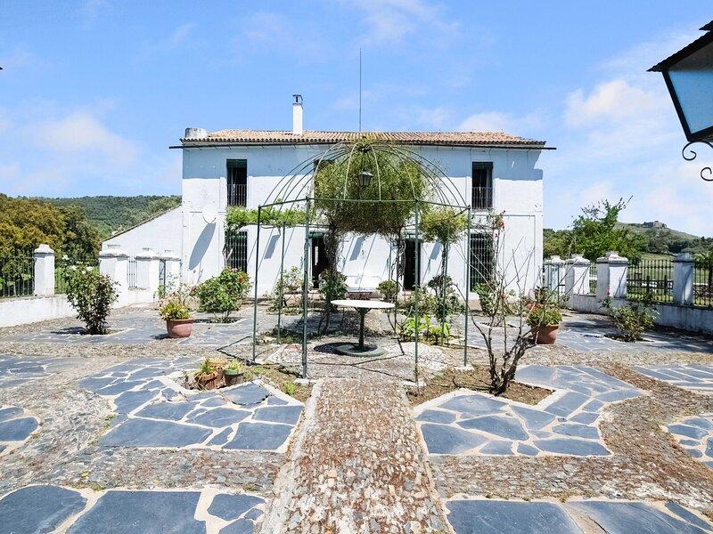 Beautiful Holiday Home in Aracena with Private Pool, alquiler de vacaciones en Aracena