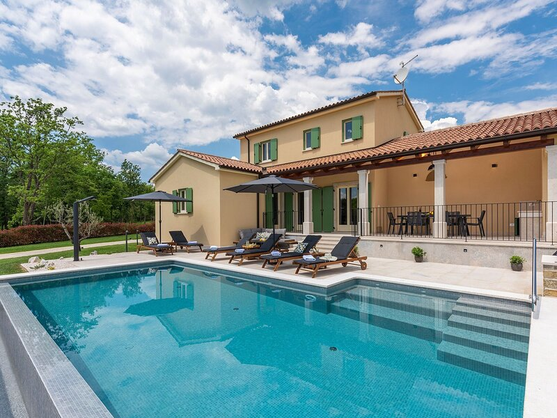 Newly built villa on a secluded location with private pool for up to 8 people, casa vacanza a Kircija