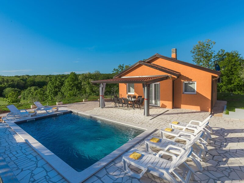Villa with Private pool and garden, surrounded by nature, holiday rental in Radini