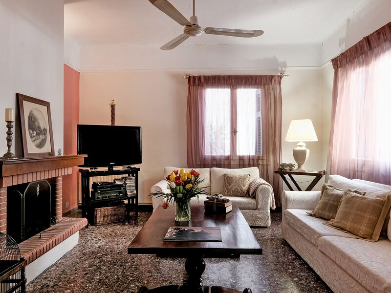 Beautiful Holiday Home close to the thermal springs and the beach, location de vacances à Achinos
