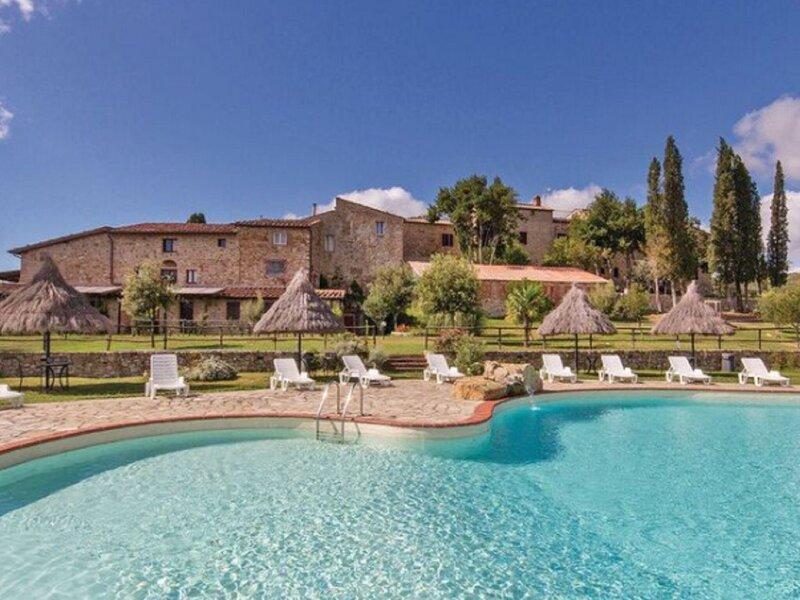 Attractive Farmhouse in Monticiano with Garden, casa vacanza a Casale di Pari