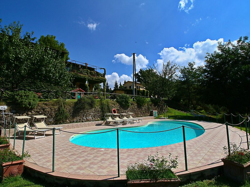 Elegant and broad Apartment in Torgiano with Garden and Pool, vacation rental in Brufa